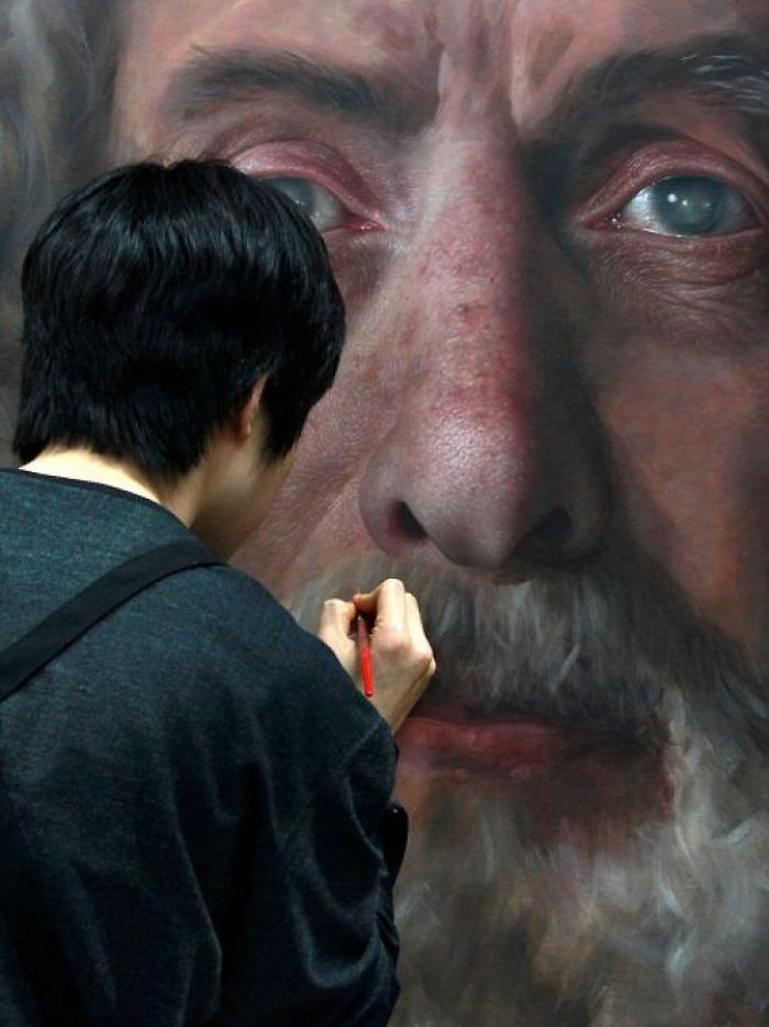 Incredible-artist-portraits-that-are-so-lifelike-they-look-more-like-photographs-than-paintings-58fbb7b8d4697__700