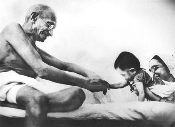 gandhi_playing_with_a_child_1417517173_1417517178