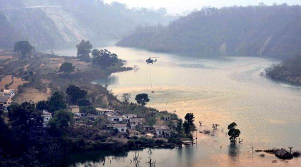 sirnagar-Indian  Air Force Mi 17 Started the Rescue of Fire Control in the Forest of Garhwal Range the are using the Koteshwar Dam of Srinagar for the water Air Force is Controling the Fire in Khurshu Block of Pauri,photo,virender.singh negi