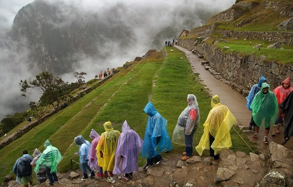 1crowd-with-rain-capes-machu-picchu