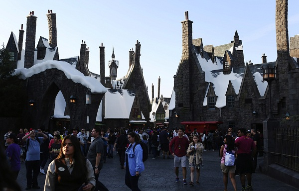People walk through the village at Universal Studios Hollywood's new Wizarding World of Harry Potter. (Katie Falkenberg/Los Angeles Times/TNS) 1181490