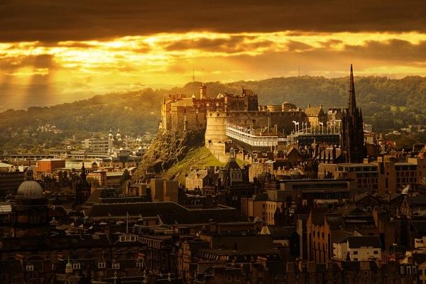 4.-Edinburgh-Castle-at-sunrise.-Source-shutterstock