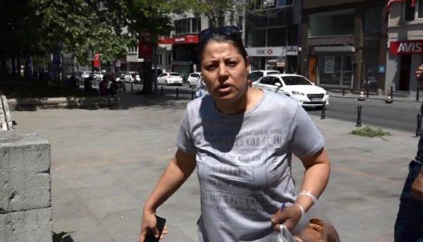 Taksim Gezi Parkı'nda Beyoğlu Belediyesi Veteriner İşleri Müdürlüğü ekipleri, sokak köpeklerini iğneyle bayıltarak topladı. Bazı kişiler, duruma tepki gösterdi. Foto: Zeki Günal/İstanbul, (dha)