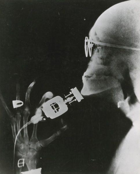 Elektrikli-traş-makinesi-kullanan-bir-adamın-röntgenşi-1941