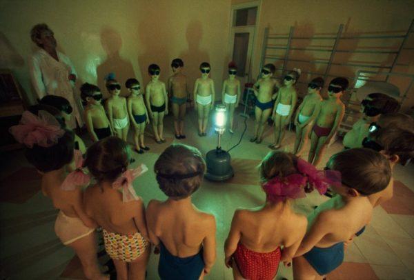 Eski-Sovyetler-Birliğinde-çocuklar-ışık-sayesinde-günlük-D-vittaminlerini-alıyorlar-1977