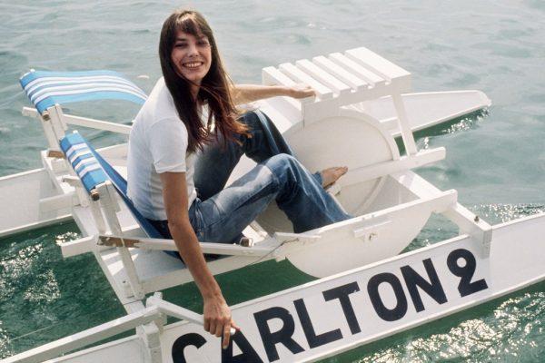 Jane-Birkin-had-fun-pedal-boat-during-festival-1974