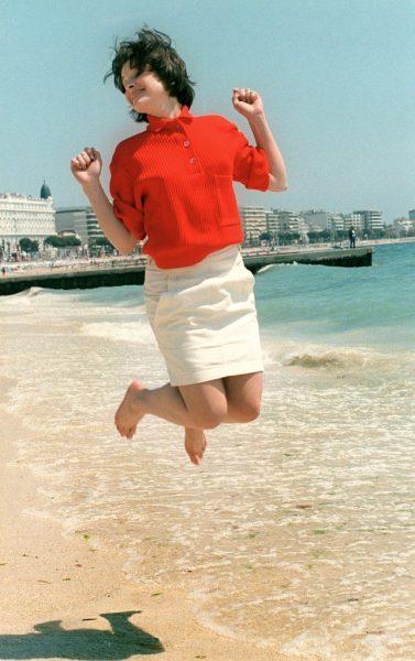 Juliette-Binoche-jumped-joy-beach-1985-pose-she