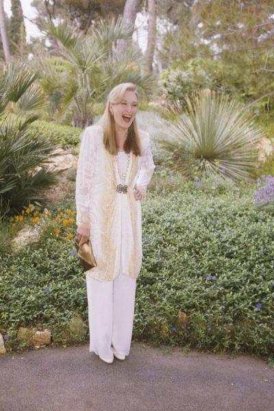 Meryl-Streep-all-smiles-while-posing-gardens-1989