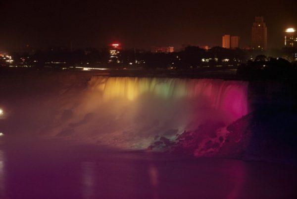Niagara-Şelaleleri-gökkuşağı-renkleriyle-aydınlatılmış-1956
