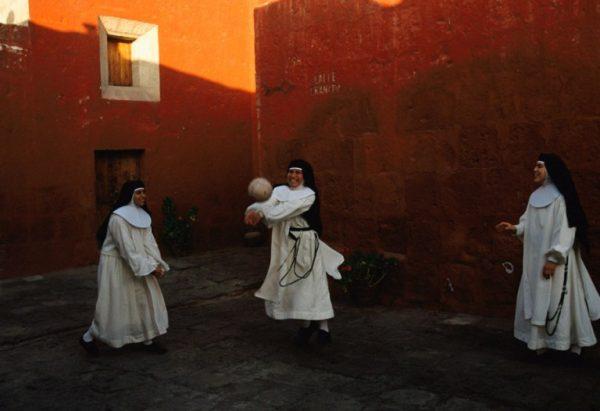 Perudaki-rahibeler-oyun-oynuyor-1998