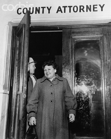 November 1954, Tulsa, Oklahoma, USA --- Mrs. Nannie Doss, confessed rat poison slayer of four of her five husbands.  Tulsa, Oklahoma:  Mrs. Nannie doss leaves the county attorney's office en route to her jail cell.  Homicide Capt. Harry Stege is shown in the background. --- Image by © Bettmann/CORBIS