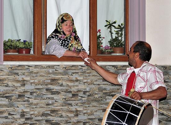 Bursa'nın İnegöl ilçesinde, 27 yıldır ramazan aylarında vatandaşları sahura kaldıran davulcu İbrahim Mete, bu yıl topladığı bahşişlerle 23 yetim çocuğu giydirerek bayram sevinci yaşattı.  ( Şaban Kılıçcı - Anadolu Ajansı )