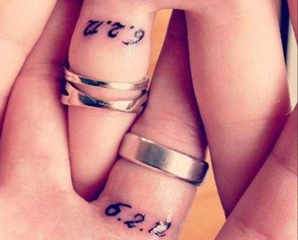 some-couples-are-keeping-their-wedding-and-engagement-bands-and-adding-the-date-of-their-wedding-to-their-ring-fingers