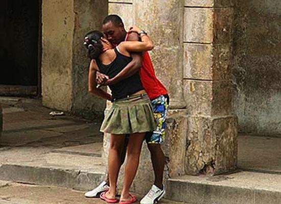 amor-en-la-habana-pareja-de-pie-1