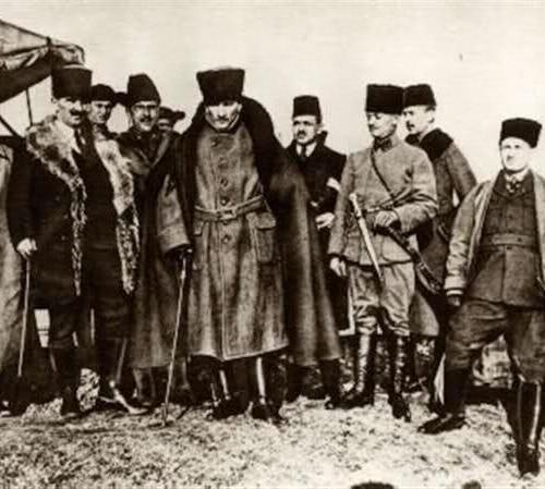 Atatürk ile İsmet İnönü Arasında Geçen ve İstiklal Savaşı'nın Seyrini  Değiştiren İlginç Hikaye | ListeList.com