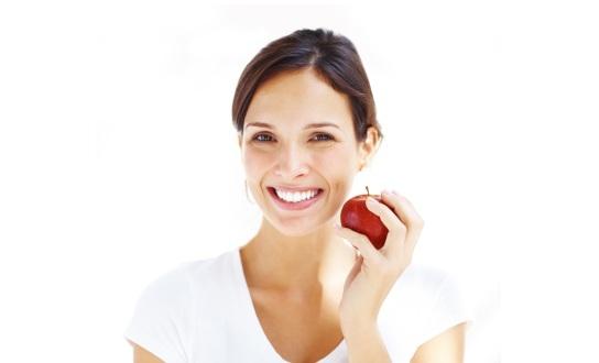 woman-holding-an-apple