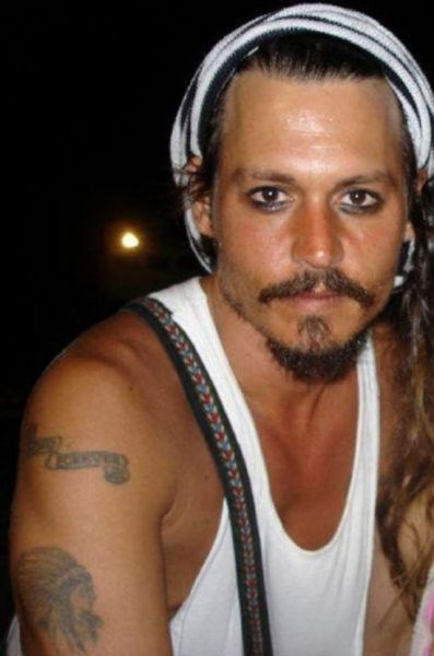 johnny-depp-with-forever-banner-tattoo-on-shoulder_GH_content_550px