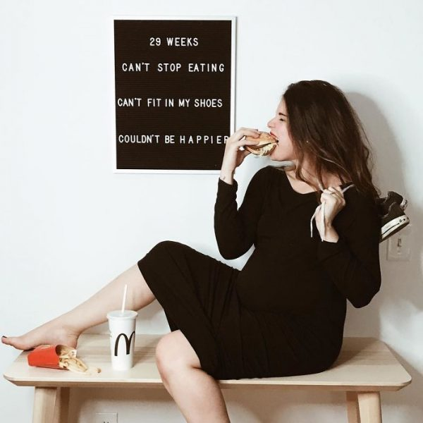 pregnant-mom-letter-board-messages-maya-vorderstrasse-2-599a811111e19__700