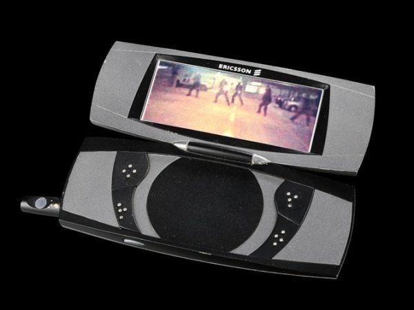 12_James-Bonds-Pierce-Brosnan-Gadget-Phone_8