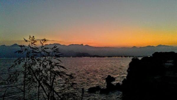 7. Güneşin bütün bir saltanat içinde dinlendiği durgun deniz