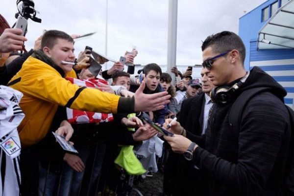 Cristiano-Ronaldo-signs-autographs-for-fans-after-he-arrived-in-Zurich-for-the-Ballon-dOr