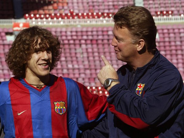 FC BARCELONA'S DUTCH COACH VAN GAAL TALKS TO PUYOL DURING OFFICIAL TEAM PICTURE AT NOU CAMP STADIUM