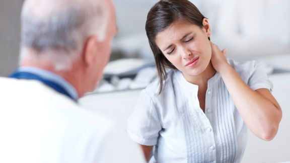 doctor-consultation-painful-neck