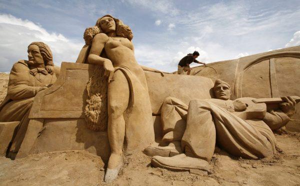 7-elvis-sand-castles