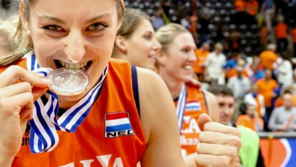 Anne_Buijs_with_silver_medal_at_2015_CEV_European_Championship-750x422