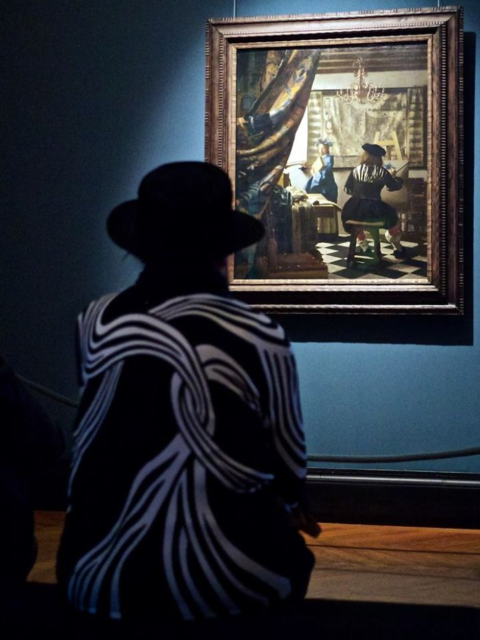 Photographer-goes-through-the-museums-to-capture-the-similarities-between-the-paintings-and-the-visitors-and-the-result-will-impress-you-59e6faa4a99f7__700