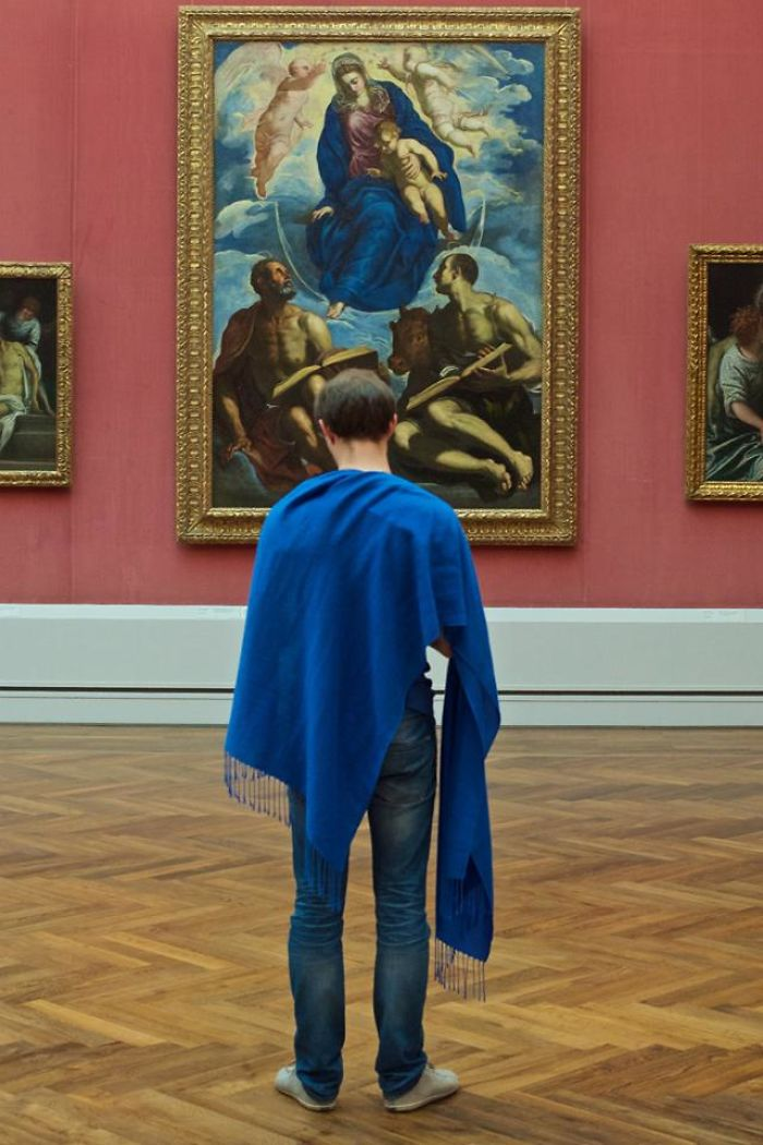 Photographer-goes-through-the-museums-to-capture-the-similarities-between-the-paintings-and-the-visitors-and-the-result-will-impress-you-59e6faae108c7__700