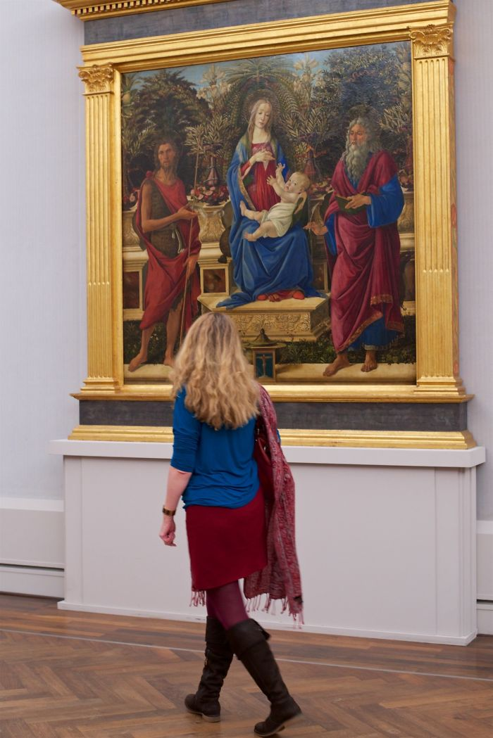 Photographer-goes-through-the-museums-to-capture-the-similarities-between-the-paintings-and-the-visitors-and-the-result-will-impress-you-59e6fb349521b__700