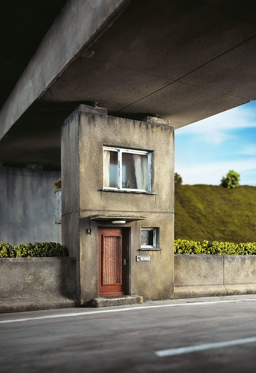 German-photographer-satirizes-modern-society-with-its-perfect-miniatures-5a3b6f864f2b3__880