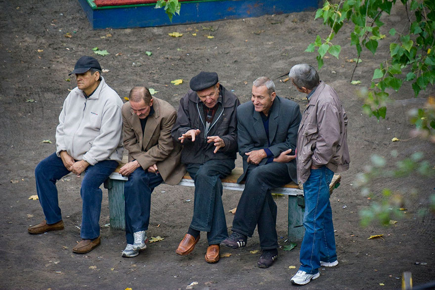 life-on-park-bench-photo-series-kiev-ukraine-yevhen-kotenko-3-5a6add1bdee62__880