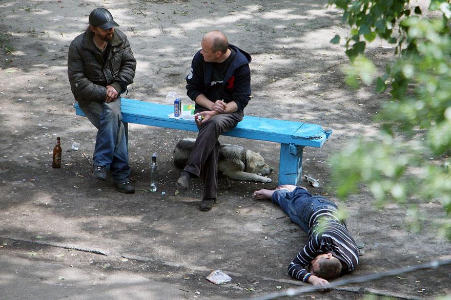life-on-park-bench-photo-series-kiev-ukraine-yevhen-kotenko-7-5a6add35d87f7__880