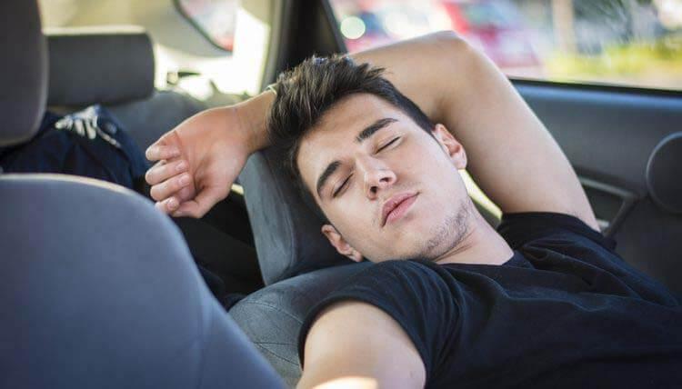 Uykusuz araba kullanma arabada uyuma