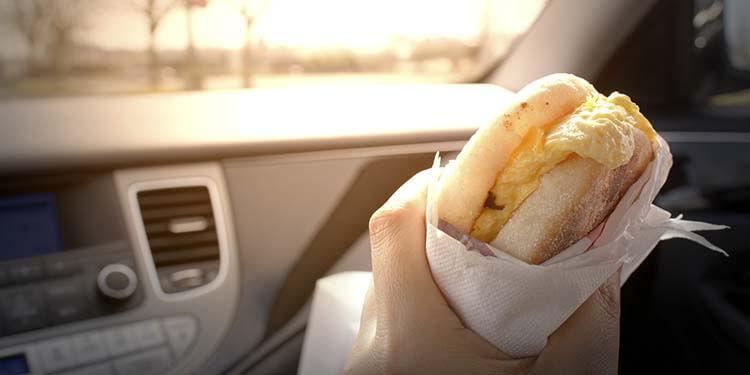 Uykusuz araba kullanma arabada yemek