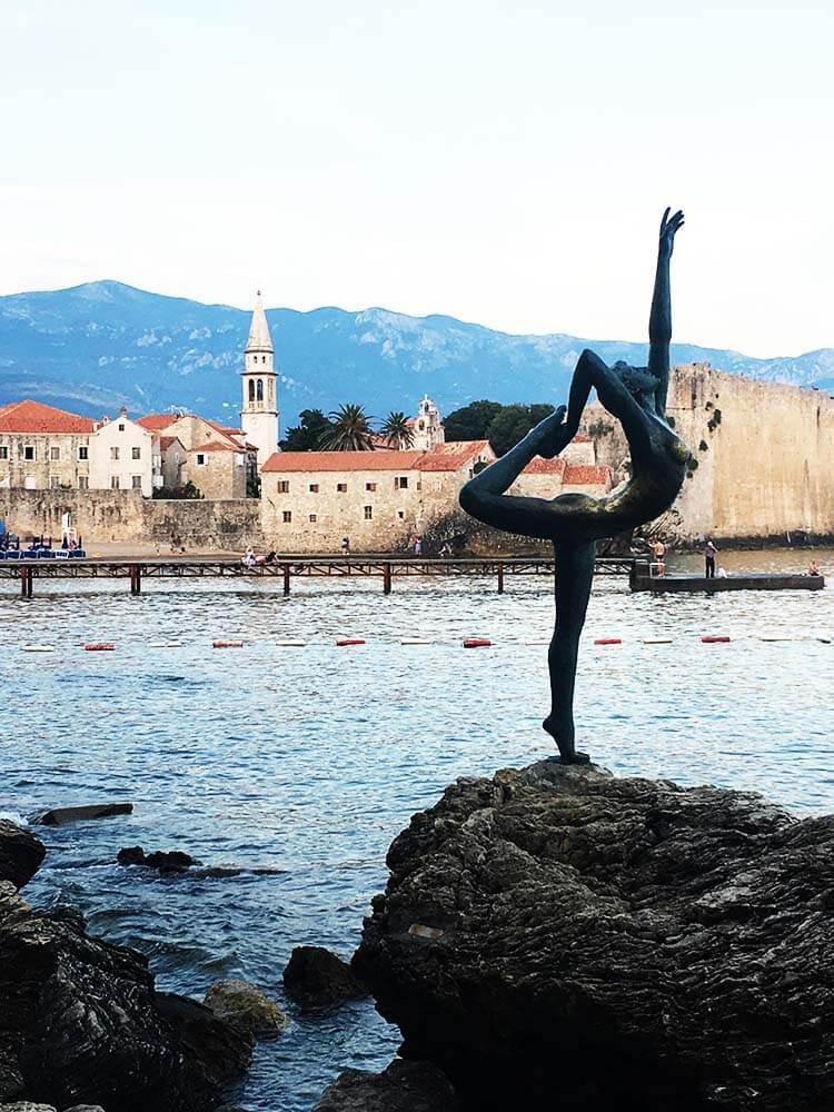 Karadağ Budva dans eden kız heykeli