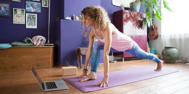 Evde Yoga Yapıp Dengeli ve İyi Hissetmek İçin 6 Akıllıca Öneri