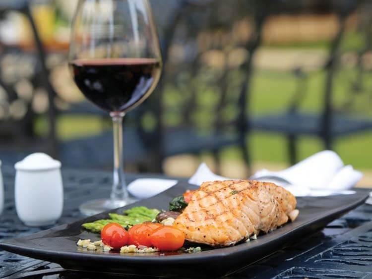 Şarap hakkında esneyebilen kurallar - Balığın yanında kırmızı şarap içilmez