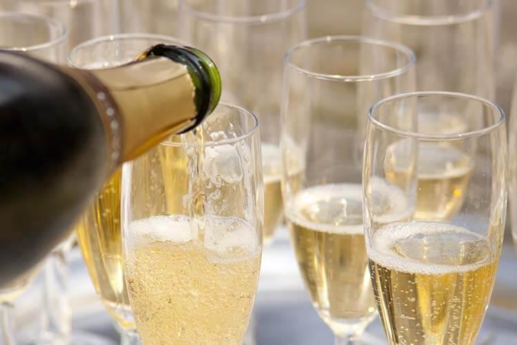 Şarap hakkında esneyebilen kurallar - Yemekte şampanya içemezsiniz