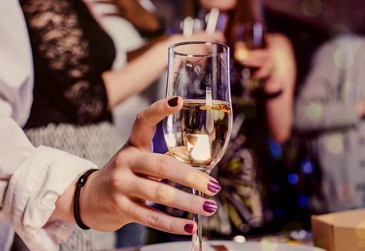 Şarap hakkında esneyebilen kurallar - Şarabı sadece kadehin sapından tutmalısınız