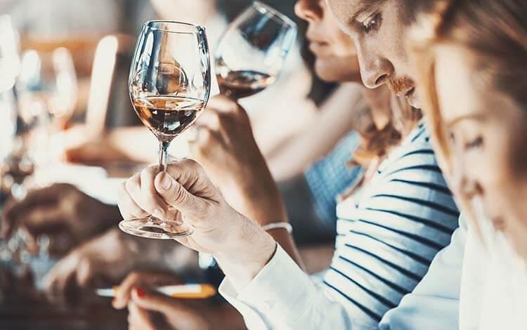 Şarap hakkında esneyebilen kurallar - Şarabın kalitesi hakkında konuşmak için uzman olmak gerek