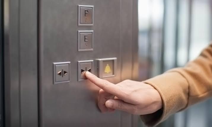 asansorlerdeki kapıyı kapat düğmesi