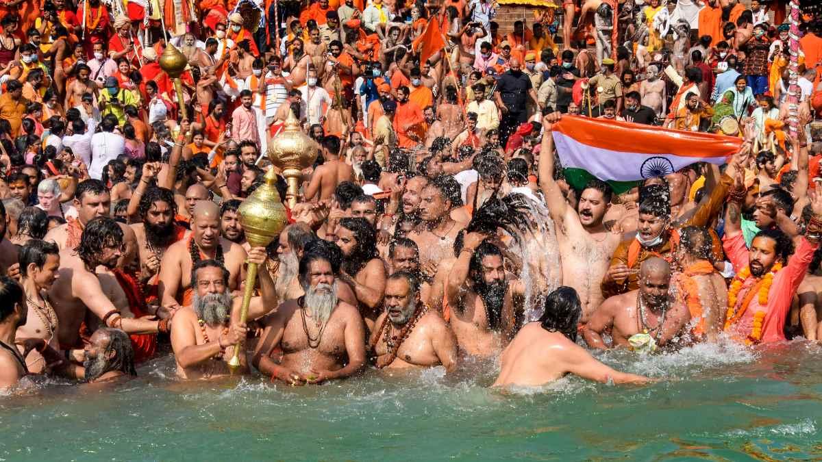 Nehirde yıkanan Hindular